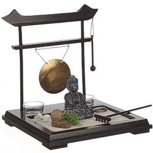 Buddhagarten ZEN Set auf Holzplateau mit zwei Gongschlägen, zwei Windlichtern, Sand und anderem Zuberhör