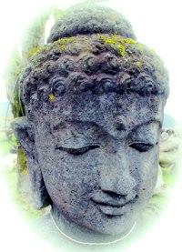 Stein-Buddha lächelnd